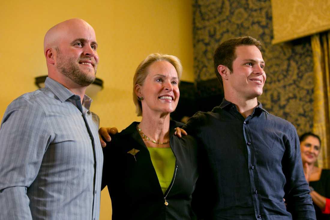 Frances Arnold med sönerna Joseph, till vänster, och James, till höger, poserar för fotografen sedan det blivit känt att hon tilldelats Nobelpriset i kemi 2018.