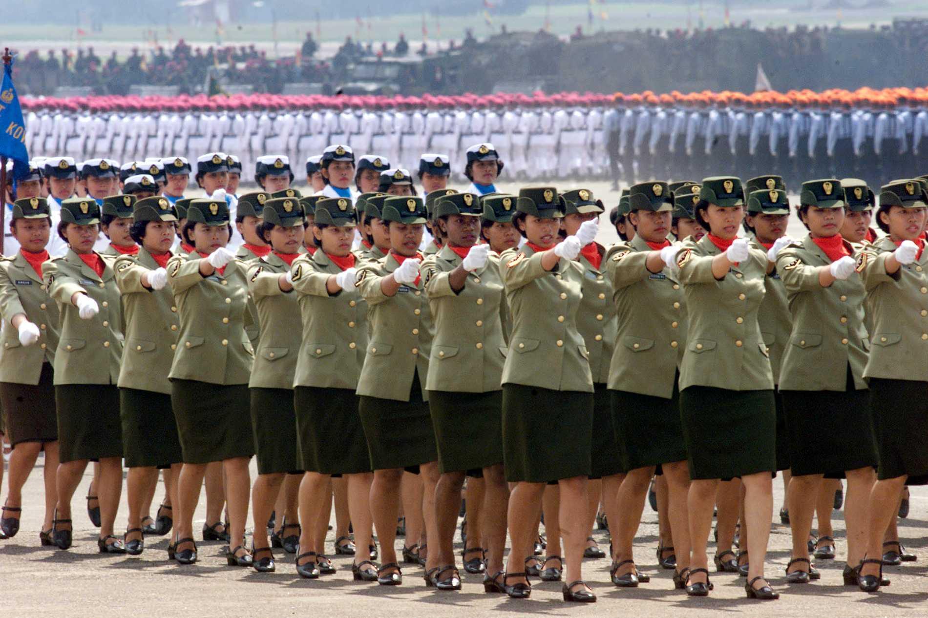 Kvinnliga indonesiska soldater på parad i indonesiska Jakarta. Arkivbild.