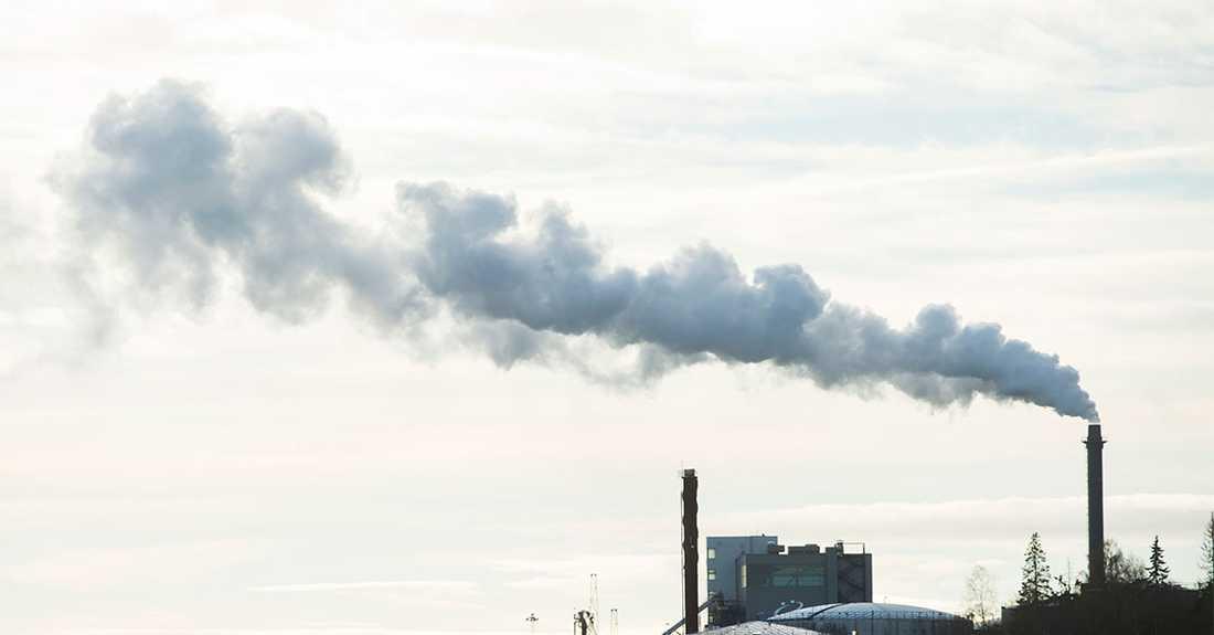 Socialdemokraterna planerar klimatoffensiv och ska rikta attackerna mot länder och storföretag, uppger en källa för Aftonbladet.