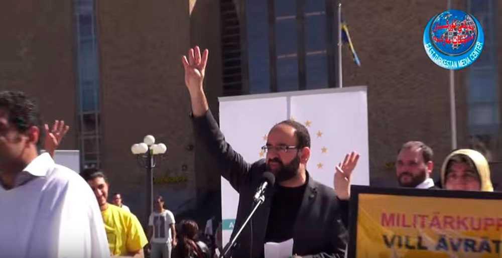 Avgångne Mehmet Kaplan gjorde en omstridda hälsningen med fyra fingrar på Medborgarplatsen 2014.