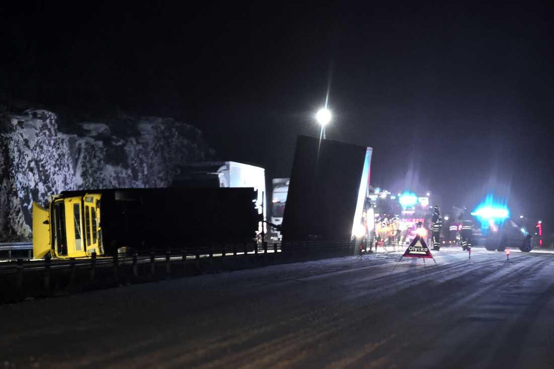 Två lastbilar har vält på E4 utanför Nyköping.