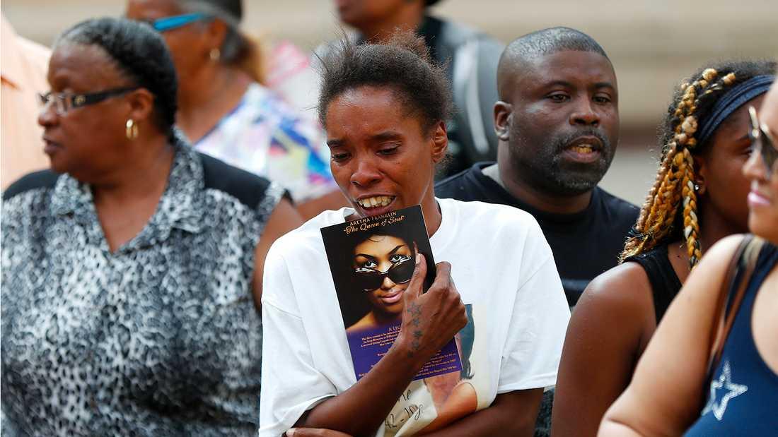Fans tar farväl av Aretha Franklin.