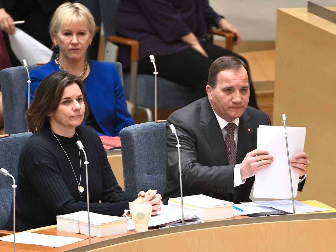 Miljöpartiets språkrör Isabella Lövin (MP) , utrikesminister Margot Wallström (S), och statsminister Stefan Löfven (S) under partiledardebatt i riksdagen i Stockholm.