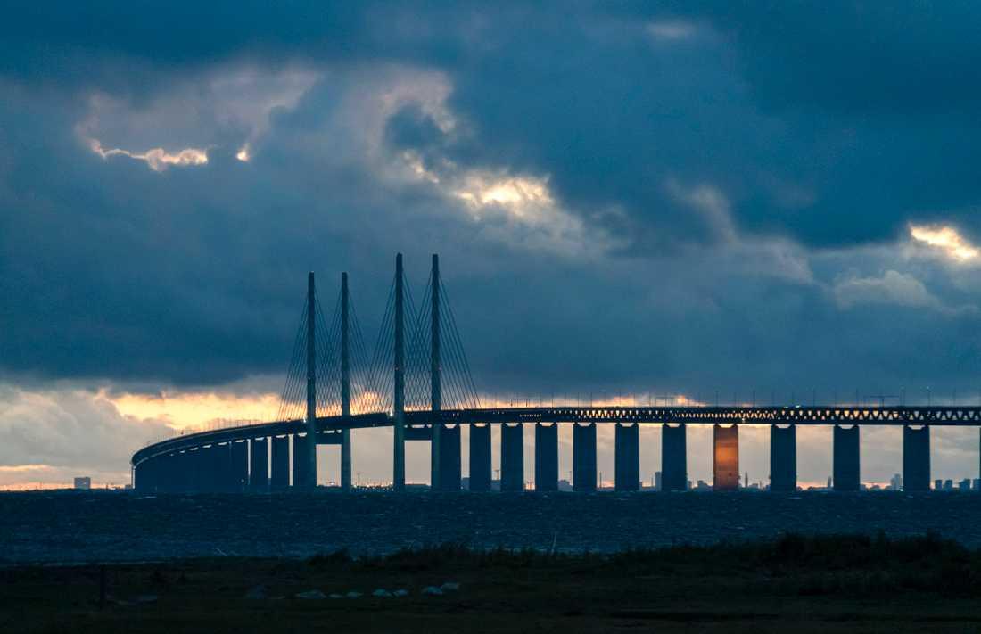 Mörka moln över Öresundsbron. Arkivbild.