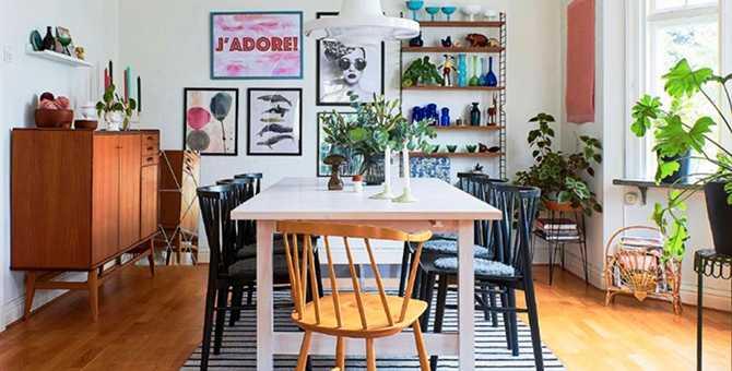 I anslutningen till vardagsrummet ligger matsalen. Bordet Norden från Ikea är ett Blocketfynd som paret har vitlaserat. Svarta stolar från Mio, modell Sixten. På kortsidan står en loppisfyndad karmstol från Nesto.