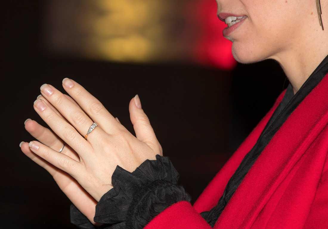 Jacinda Ardern med sin förlovningsring.