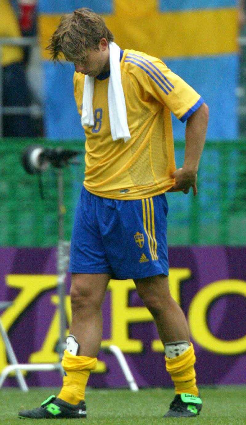 Svensson deppar efter förlusten mot Senegal i VM 2002.