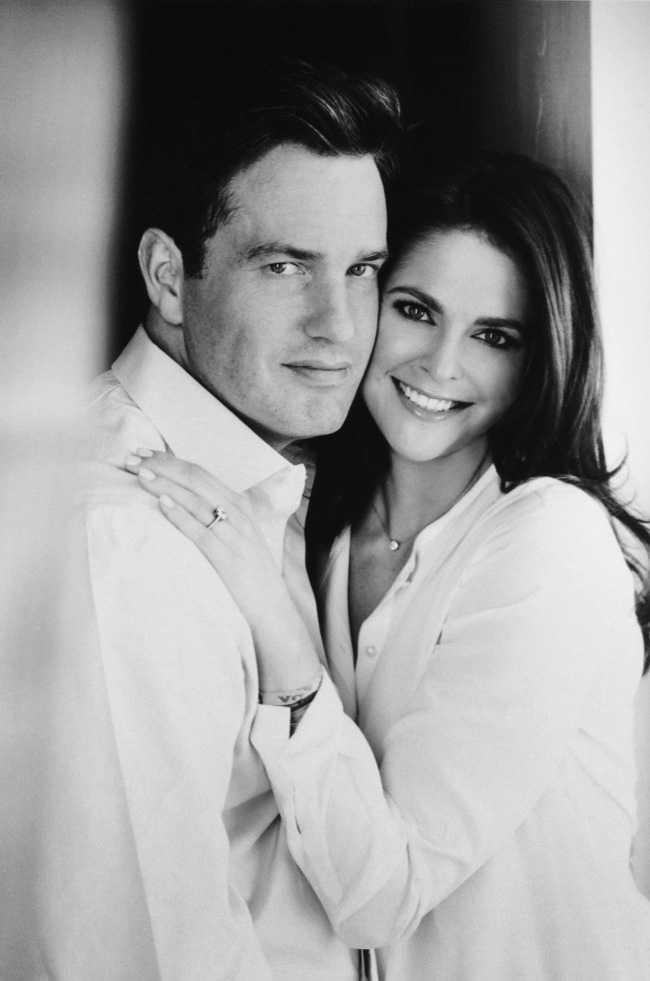 HISTORISK BILD Modelegenden Patrick Demarchelier tog bilden där Madeleine för första gången upp sin förlovningsring tillsammans med fästmannen Chris.