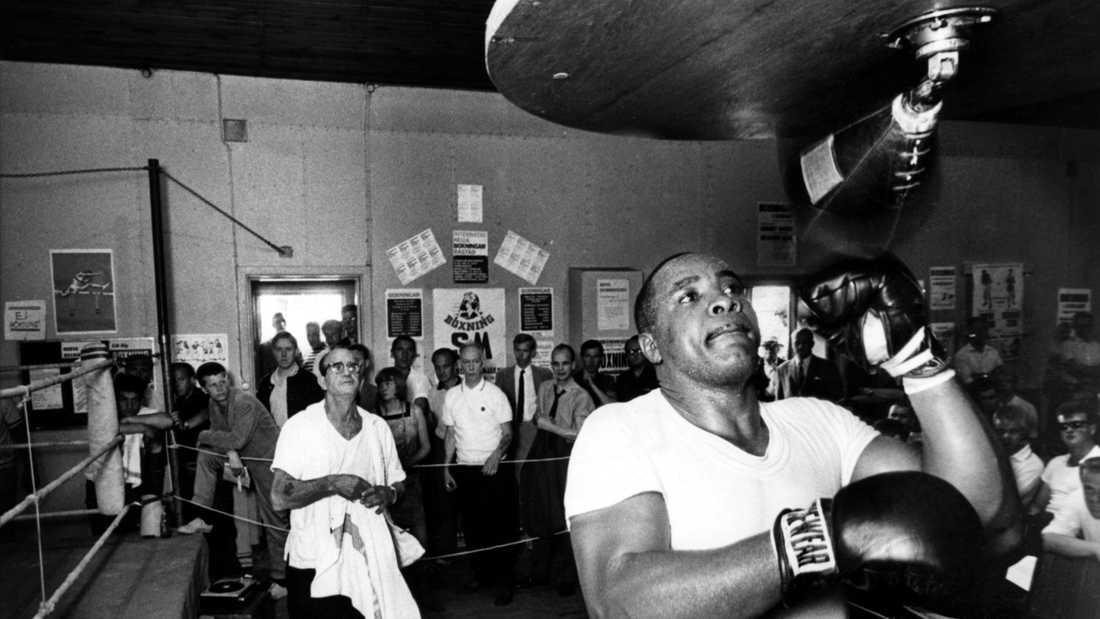 Sonny Liston (?-1970) smattrar in slag under en träning 1966. Liston erövrade enkelt VM-titeln från Floyd Patterson 1962 och försvarade den i en returmatch året efter. Liston förlorade sedan titeln till Muhammad Ali 1964.