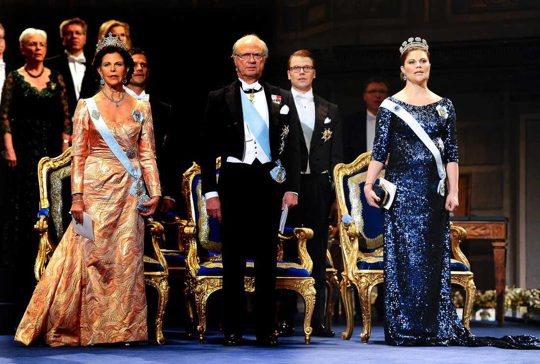 De närvarande från kungafamiljen stämde in i Kungssången.
