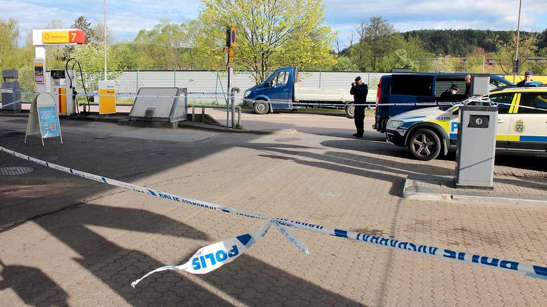 Enligt polisen har mannen efteråt körts i en bil till Partille.