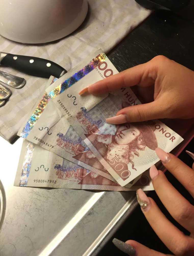 En av kvinnorna visade upp betalningen, i form av 500-lappar, för polisen.