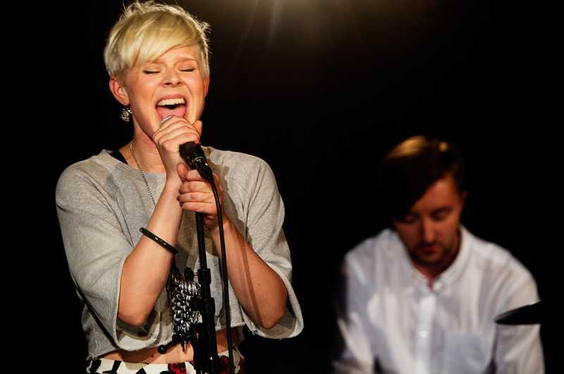 TAGGAD Robyn blev så till sig av publikens reaktioner att hon körde en extra oplanerad låt under spelningen i Live-löpet.