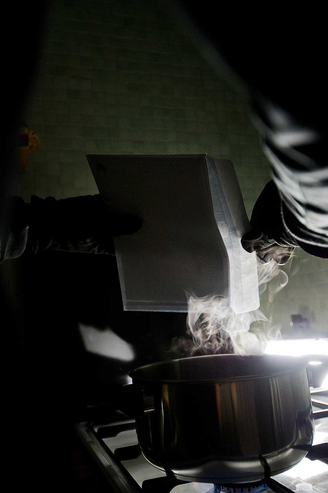 Sen ångar de upp kuverten för att kunna redigera kontouppgifterna. Kuverten lämnas till slut tillbaka i postlådan, innehållandes de falska uppgifterna. (Bilden är arrangerad)