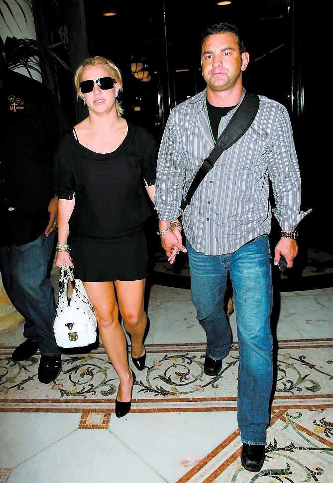 Märkbart sorgsen lämnade stjärnan nattklubben LAX hand i hand med en man.