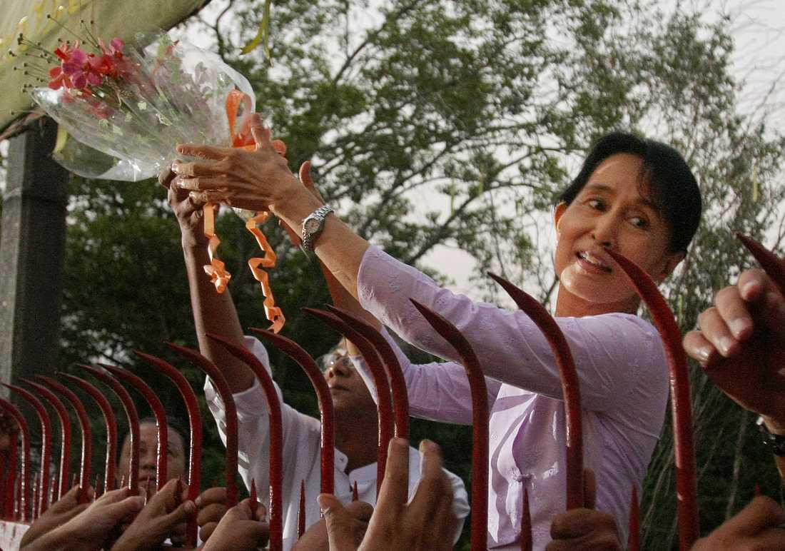 Demokratikämpen tar emot blommor vid grinden vid frigivandet.