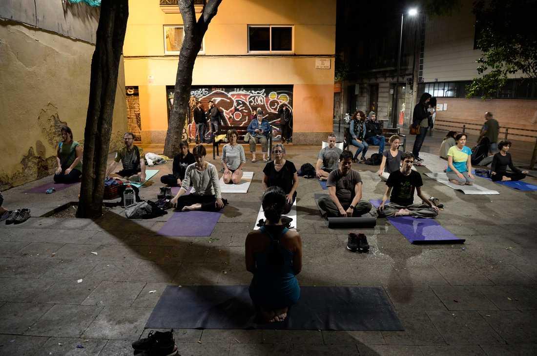 Katalaner laddar upp inför valet med lite yoga.