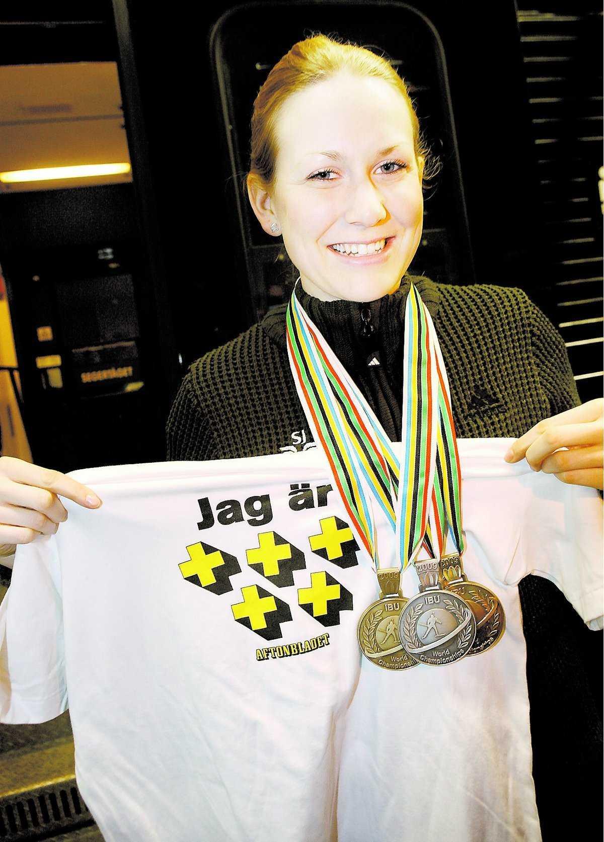 Helena Jonsson tog tre medaljer under skidskytte-VM. För det belönades hon med fem plus av Sportbladets läsare.