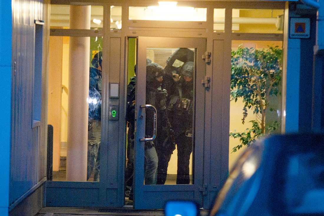 Piketpolis under ett tillslag på en adress i Borås.
