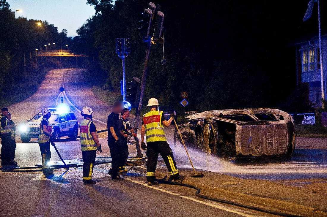 VOLTADE – OCH FATTADE ELDFyra personer fick föras till sjukhus efter olyckan på Danderydsvägen utanför Stockholm vid 23-tiden i går kväll. En personbil kolliderade med en minibus som efter kraschen fattade eld. Ögonvittnet Tolga Duran hjälpte till att få loss föraren ur den brinnande bilen.