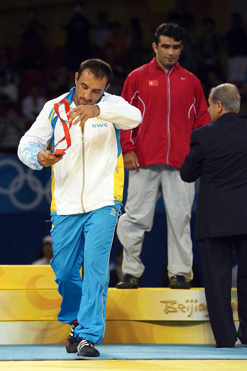 Ara lämnar prispallen direkt efter det att han mottagit sin medalj. I bakgrunden ses delade bronsmedaljören Nazmi Avluca, Turkiet.