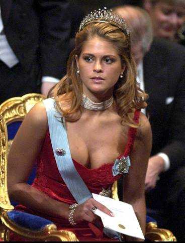 """""""absolut inte för vågat"""" Prinsessan Madeleine stod i fokus för allas blickar på Nobelfesten. Och hon får idel lovord av modeexperterna för sin stil och sitt djupa dekolletage. Inte ens Alf Svensson, kristdemokraternas partiledare, har något att invända."""