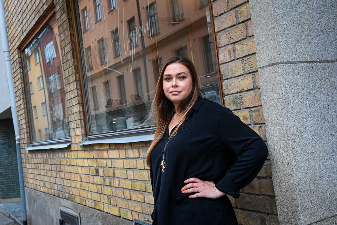 Hanna Tillikainen är frisör, och drabbas hårt av de förlängda restriktionerna.
