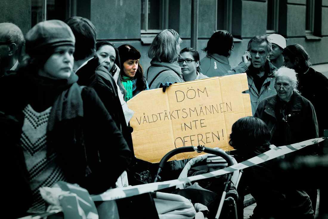 """""""INTE BLIVIT LÄTTARE"""" För två år sedan kom den nya våldtäktslagen – som skulle göra det lättare att fälla misstänkta våldtäktsmän i rätten. Men siffrorna från projektet """"Den rättsliga hanteringen av övergrepp mot kvinnor och barn"""", vid Stockholms universitet, visar att effekten blivit omvänd."""