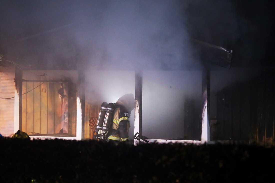 En man i 70-årsåldern har avlidit i samband med en brand i Strängnäs.