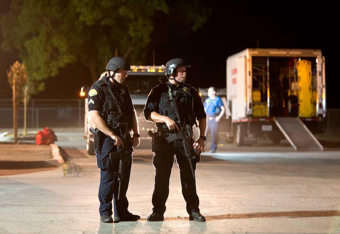 Poliser i närheten av brottsplatsen.