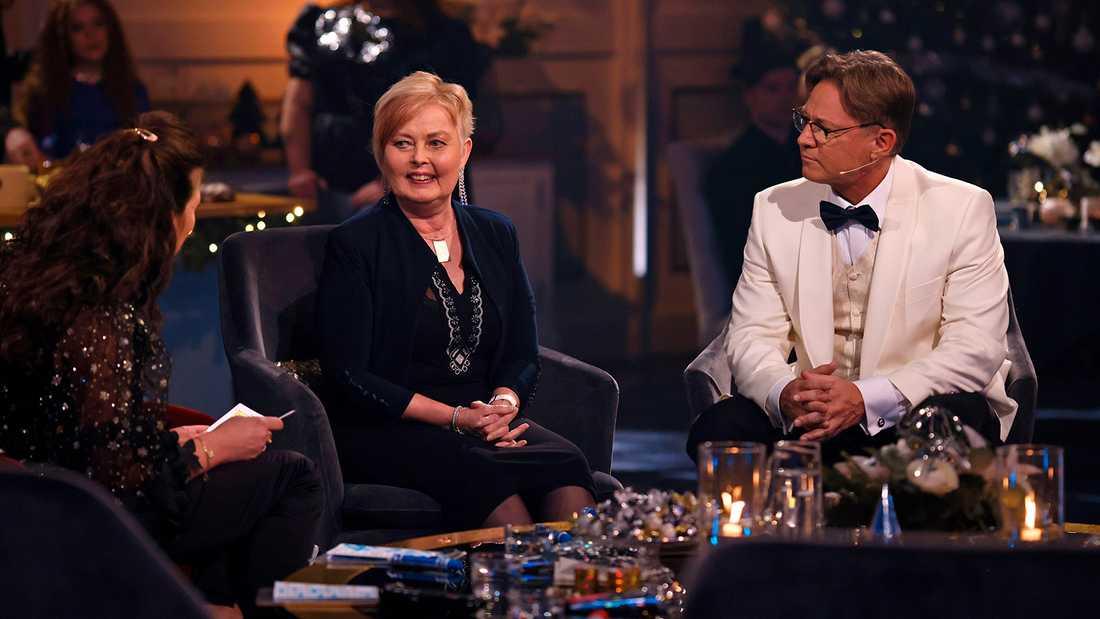 """Mona, 61, från Örebro hos Lotta Engberg och Mikael """"Soldoktorn"""" Sandström i """"Bingolotto""""."""