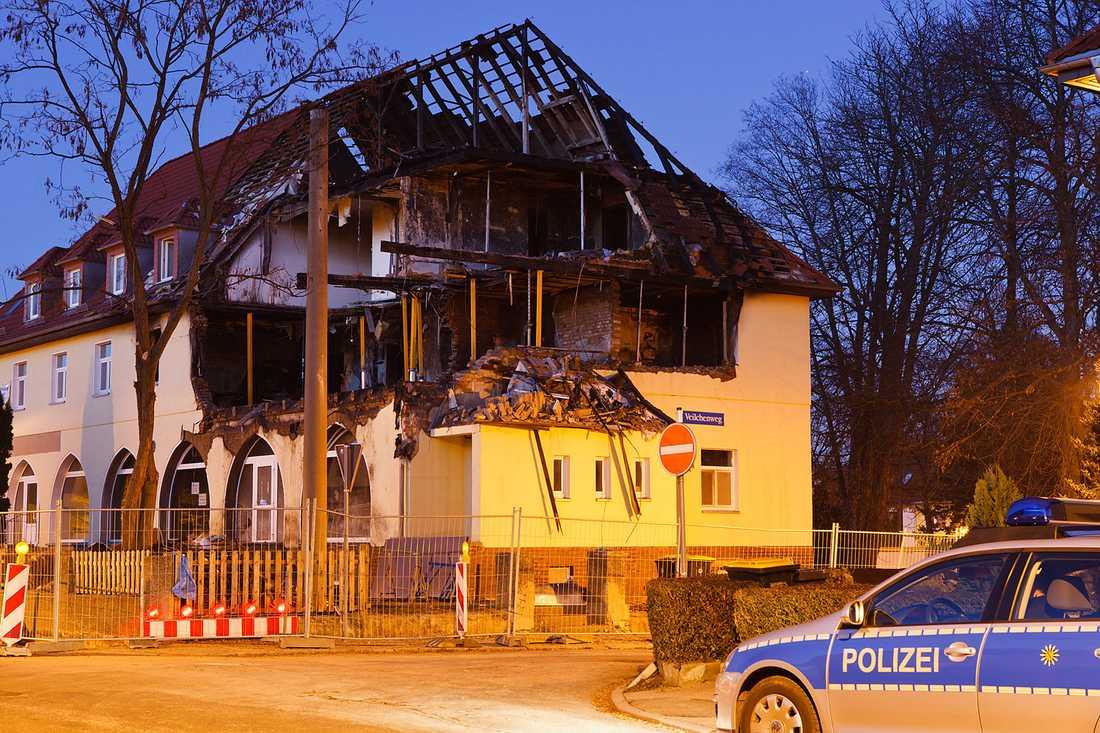 I det här huset bodde Beate Zschäpe, Uwe Mundlos och Uwe Böhnhardt. Mundlos och Bönhardt dödade varandra när de insåg att de skulle åka fast. Då lämnade Beate Zschäpe in sig – men först efter att hon sprängt huset i luften.