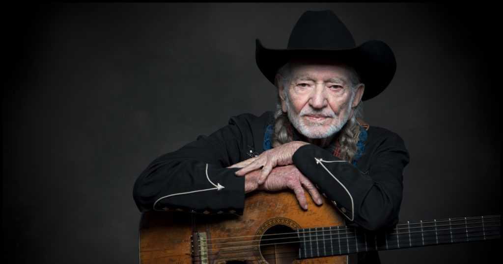 Willie Nelson och hans näst intill lika legendariska gitarr Trigger.