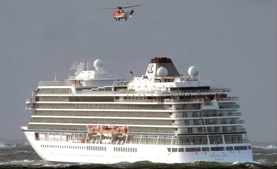 Fartyget ska evakueras med hjälp av helikoptrar.