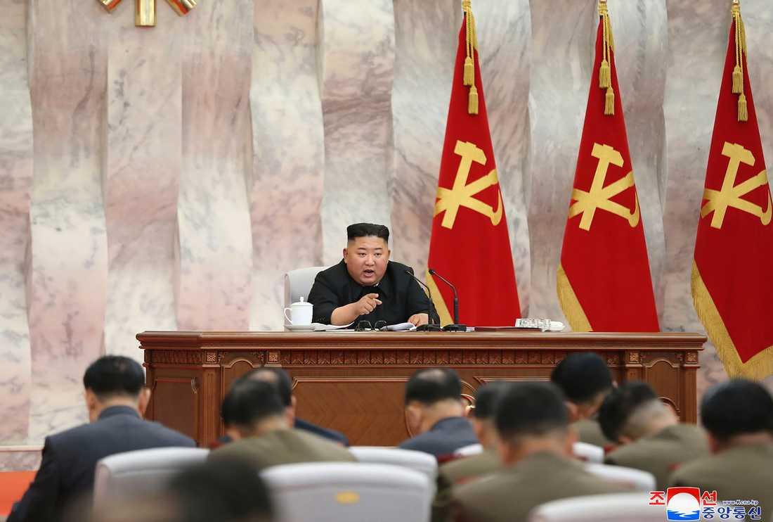 Kim Jong-Un talar till militärer på söndagens bilder.