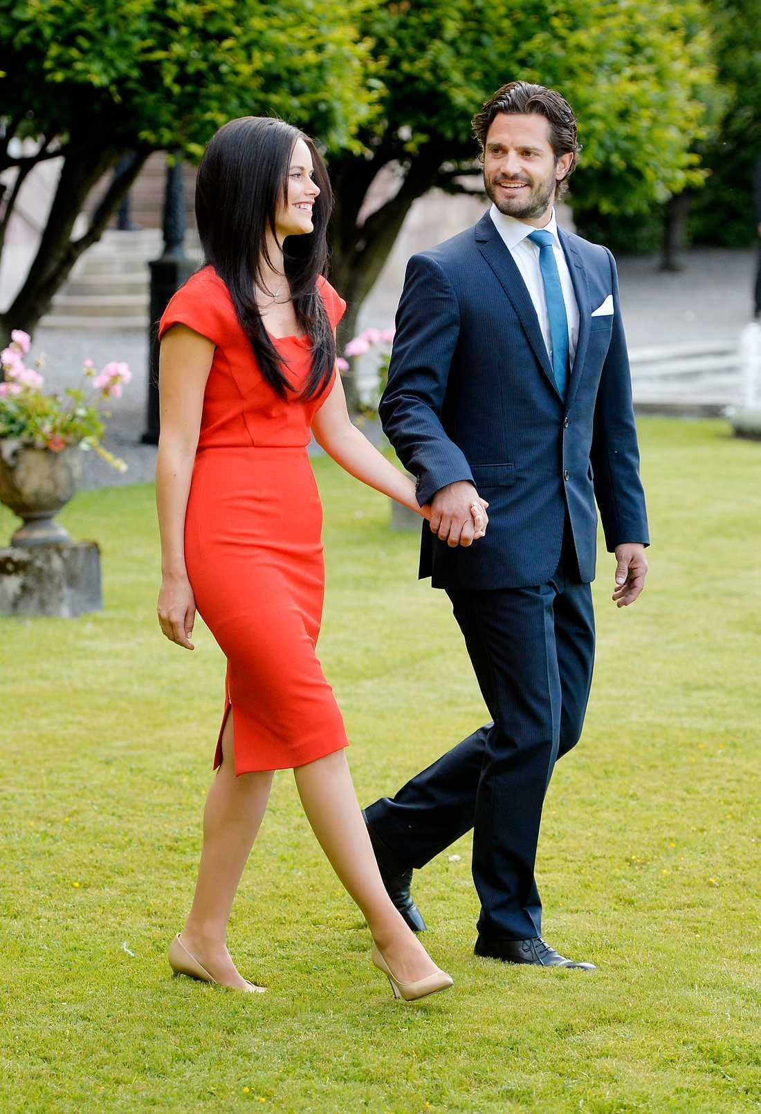 Sofia visar sina snygga former i ett rött fodral av Roland Mouret när hon och Carl Philip mötte pressen under förlovningen i juni 2014.
