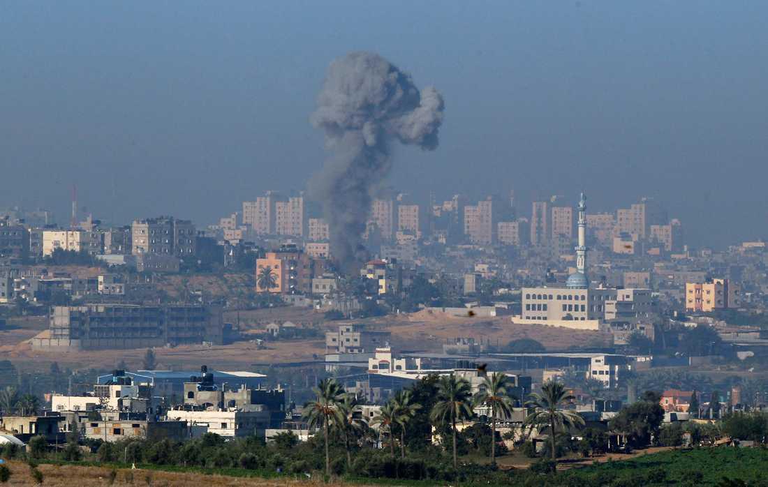 En rökpelare syns efter en israelisk flygattack mot Gaza i morse.