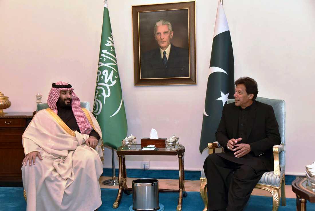 Saudiarabiens kronprins Mohammed bin Salman tillsammans med Pakistans premiärminister Imran Khan i Islambad.