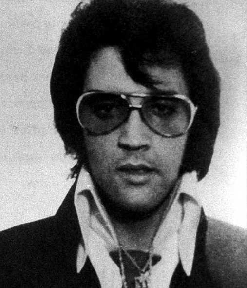 I mitten av 50-talet handklovades rockikonen Elvis Presley — enligt uppgift efter ett bråk på en bensinstation i Memphis.