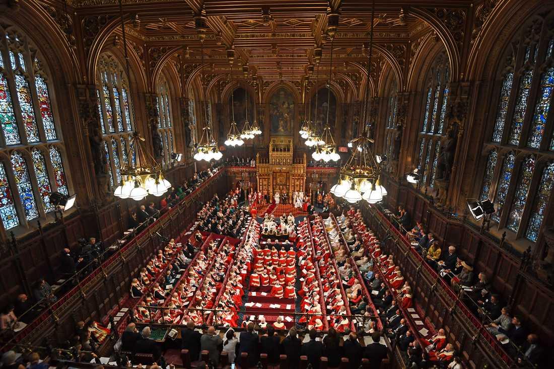 Statsöppningen innebär en mängd högtidliga formaliteter och ceremonier, som här i parlamentets pampiga överhus, House of Lords.