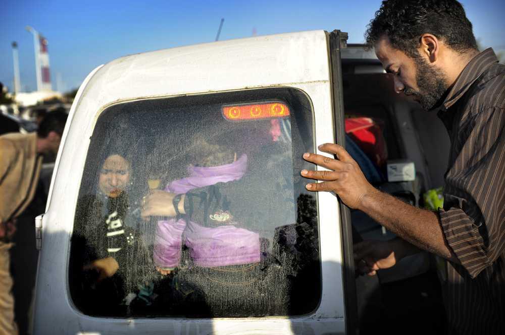 """Rädsla Rami Hassim och hans familj beslutade sig slutligen för att lämna landet. """"Vi var väldigt rädda att någon av Gaddafis svarta legosoldater skulle stoppa oss och börja skjuta"""", säger han när Aftonbladet möter honom vid gränsen."""