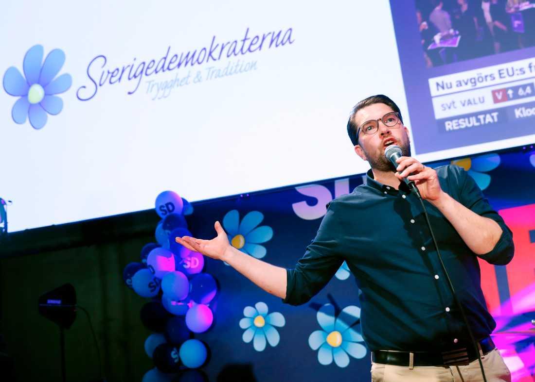 SD:s Jimmie Åkesson peppade sina partikamrater och presenterade ett band.