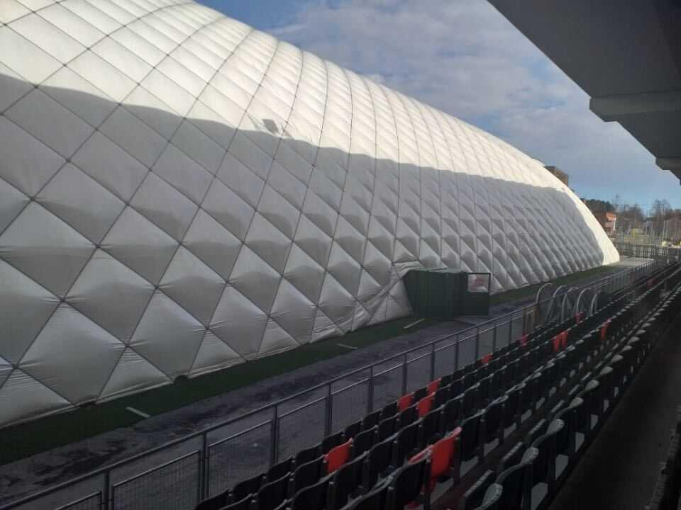 Ett enormt tält täcker Umeås hemmaplan.