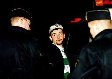 Tommy Zethraeus grips av polisen efter Stureplansmassakern1994, då fyra människor sköts ihjäl. Livstidsdömde Zethraeus ska ha överlåtit 1,5 miljoner kronor till Martinson.