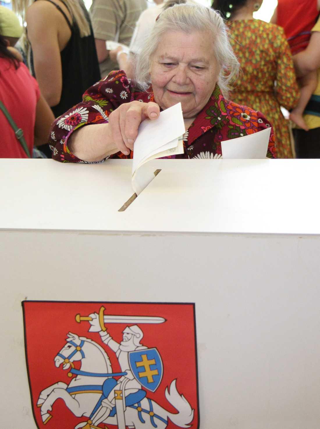 En kvinna röstar i Litauens huvudstad Vilnius.