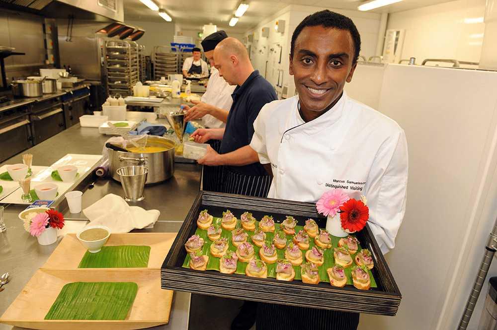 MAT: KRYDDIGT OCH SOCIALT Etiopiska restauranger har blivit allt mer populära, något som enligt stjärnkocken Marcus Samuelsson delvis beror på att det etiopiska köket är så socialt. Ofta serveras maten på ett gemensamt fat. – Människor vill äta tillsammans och det kan man göra med etiopiska rätter. Med inslag som injera och berberekryddor är det etiopiska köket en perfekt introduktion till afrikansk mat, säger han. Nästa stora afrikanska mattrend i Sverige blir eritreanska restauranger, spår han. – Det finns en relativt stor eritreansk befolkning i Sverige med ett eget kulinariskt arv.