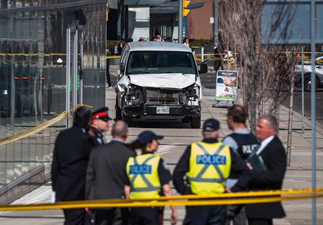 Polis har spärrat av området runt den skåpbil som använts för att döda minst tio personer i Toronto, Kanada.