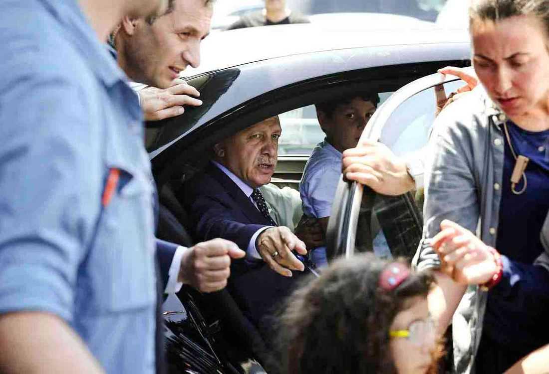President Erdogan lyckas klara sig helskinnad igenom kluppförsöket. Här ankländer han till Istanbul på kuppkvällen.