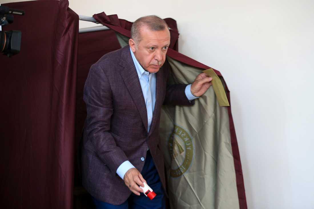 Erdogan röstar i borgmästarvalet.