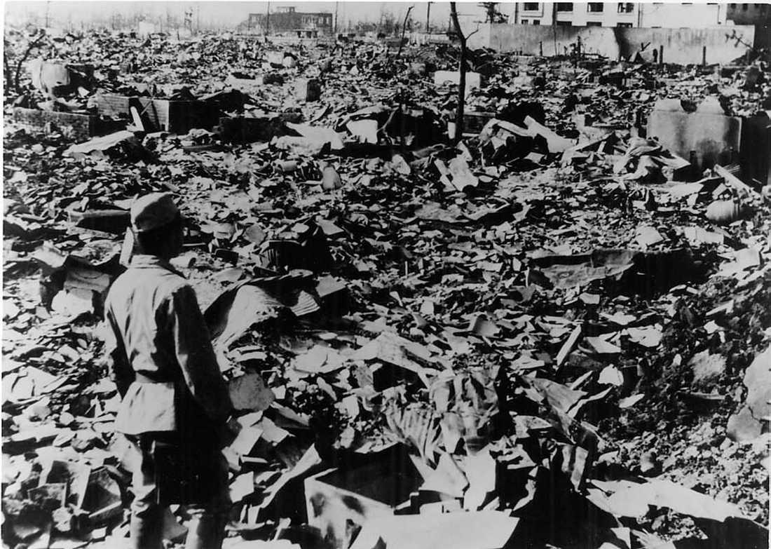 Ser förödelsen En man står och tittar på vad som är kvar av Hiroshima.